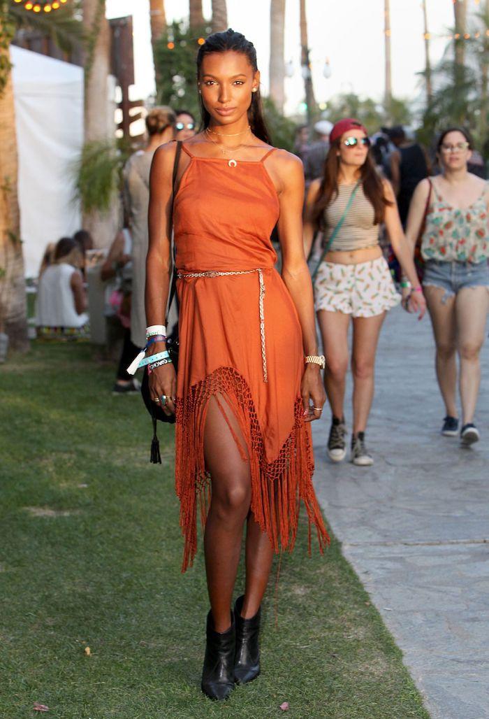 Magnifique femme en robe orange asymétrique à franges, coachella style, adopter le look bohème chic de festival idée