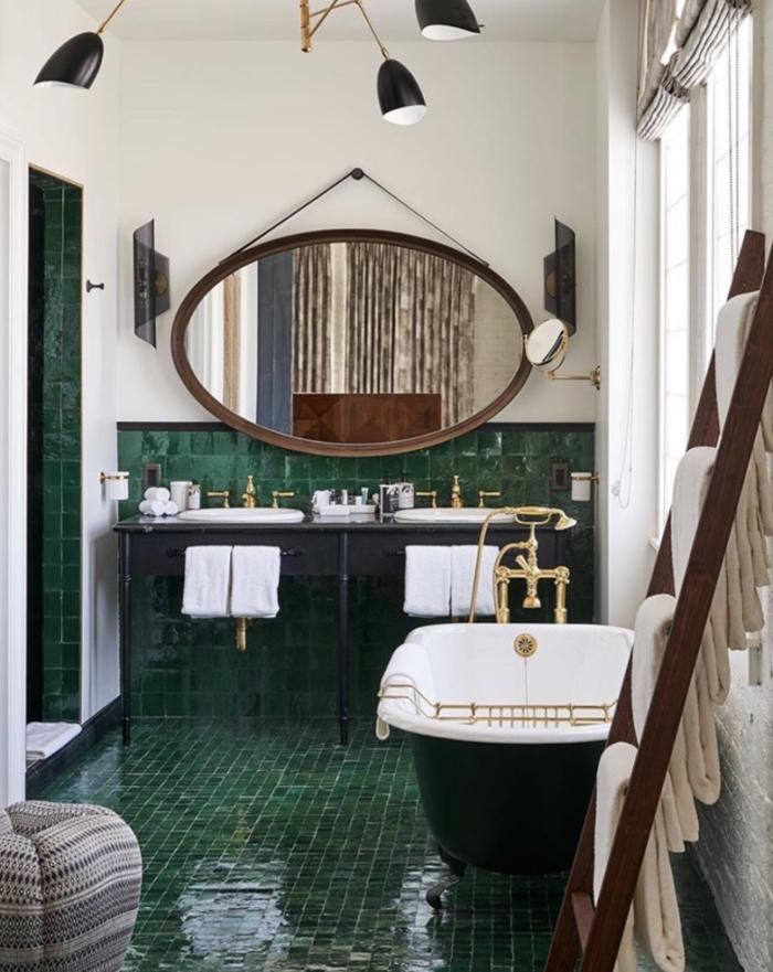 Miroir ovae peinture blanche et carrelage vert, echelle de rangement toiles, salle de bain zen, modele de salle de bain peinture vert de gris