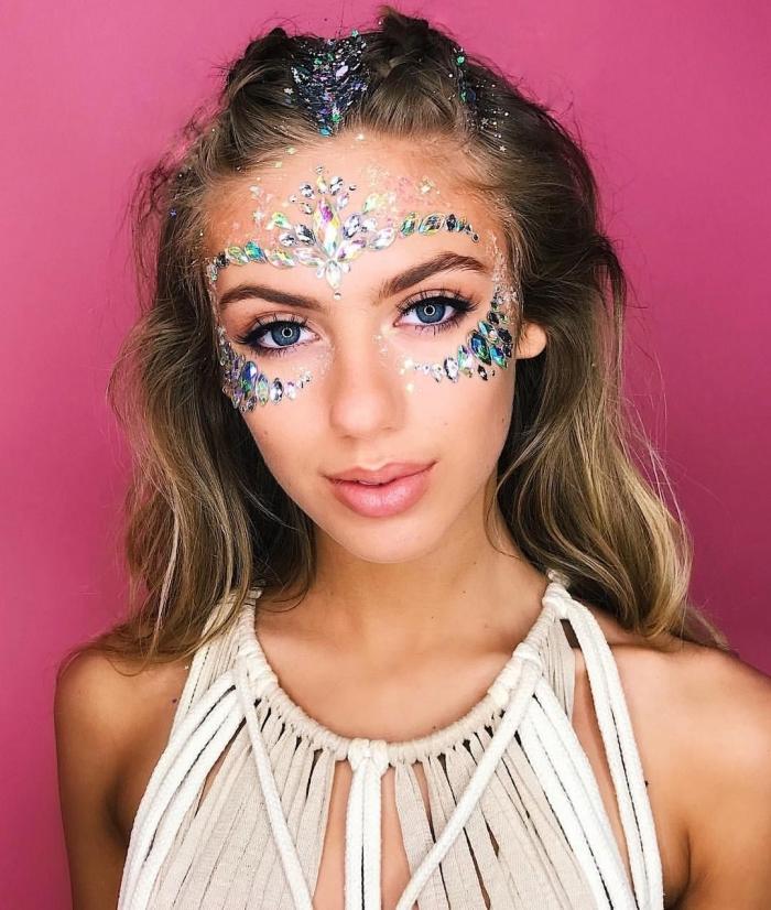 exemple de maquillage paillette festival, look de fête avec gel pailleté et strass collés sous les yeux façon bijou