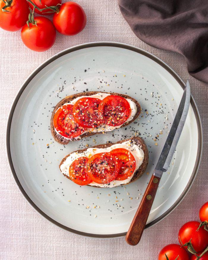 idee petit dejeuner de pain keto à la ricotta et des tranches de tomate cerise aux graines, idee repas simple et rapide