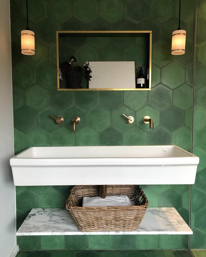 Vert carrelage hexagone, lavabo grande avec deux robinets dorés, aménagement petite salle de bain, originale idee salle de bain moderne