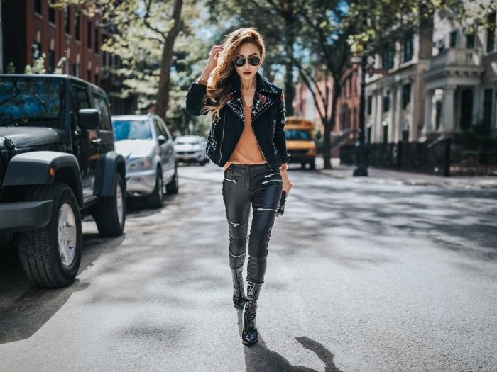 idée comment porter la veste fleurie en simili cuir noir, tenue avec pantalon en cuir et fermetures éclaires combiné avec blouse orange