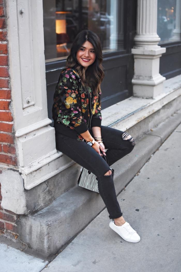 exemple de veste légère femme de couleur noire à motifs floraux, tenue casual chic en pantalon déchiré et veste tendance