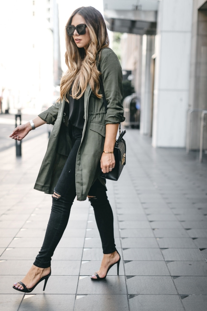 modèle de veste kaki femme à coupe mi longue, tenue casual chic avec pantalon déchiré et chaussures hautes noires