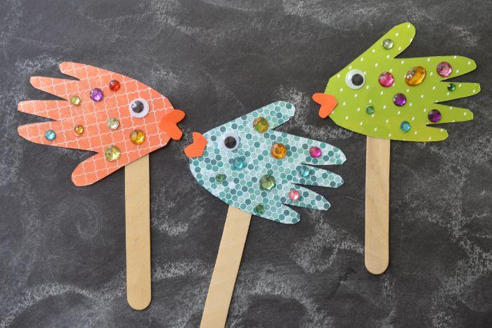 activité manuelle été maternelle avec des empreintes de main dans papier, fabriquer un poisson de papier décoré de strass, petit pantin simple a faire soi meme
