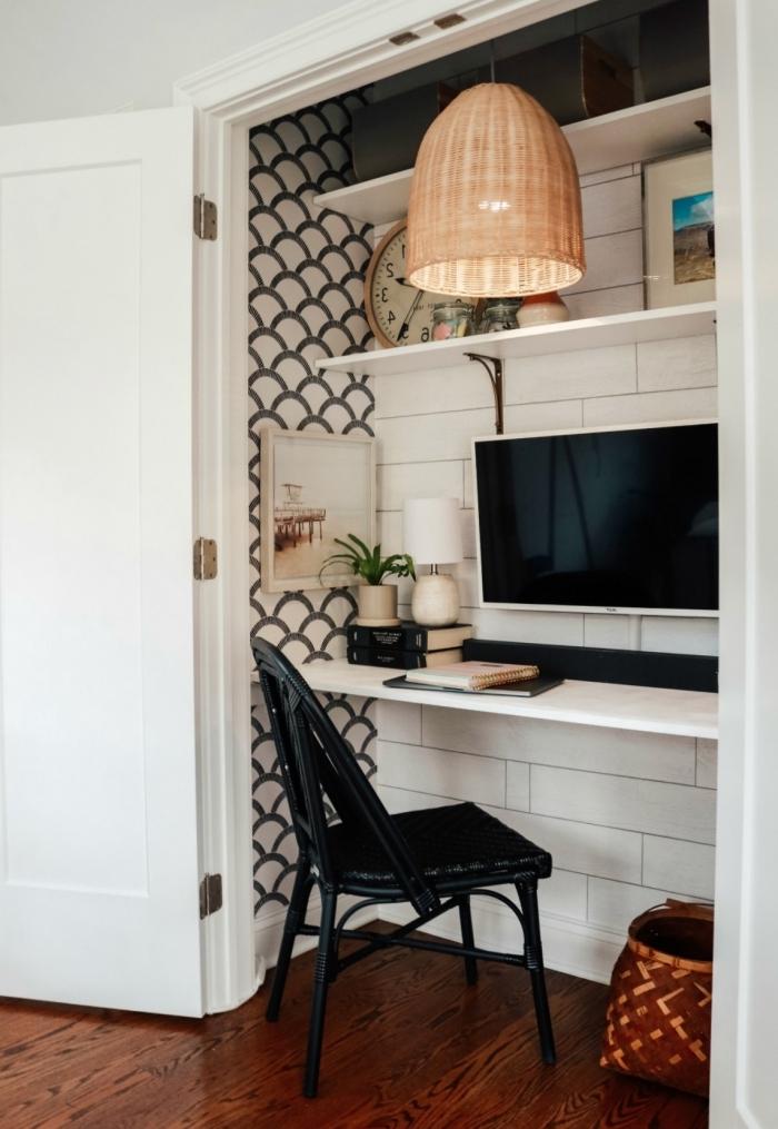 agencement coin travail à domicile dans petit espace, idee bureau de travail maison avec planche bois blanc et rangement mural