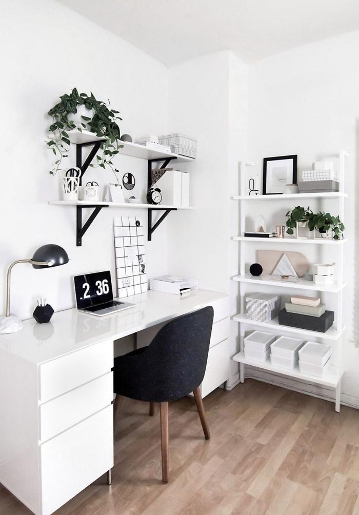 décoration minimaliste dans une pièce blanche avec parquet en bois, idée déco espace de travail avec bureau salon