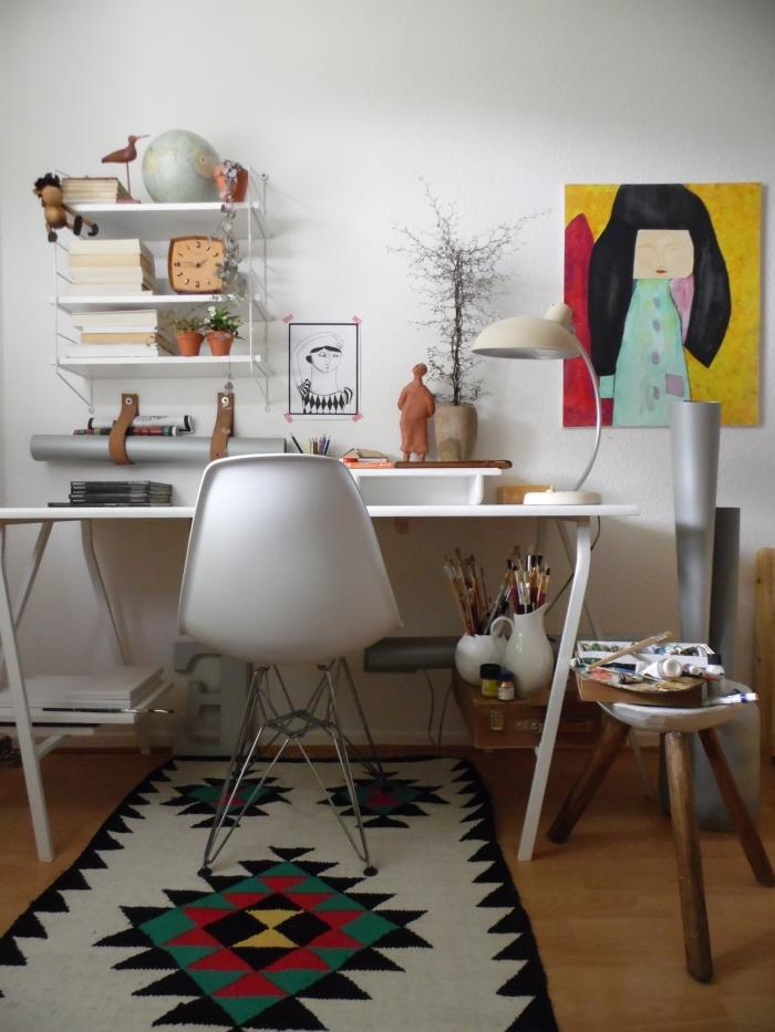 idée de bureau deco avec objets ethniques, aménagement coin de travail à domicile avec meuble bureau blanc avec rangement