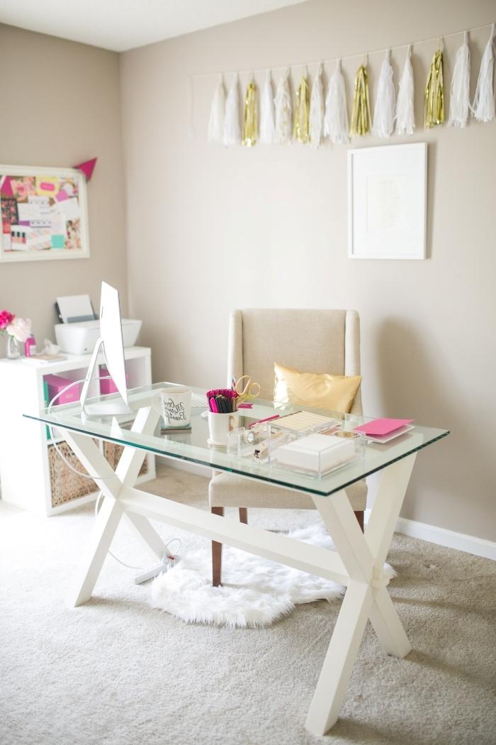 idée agencement bureau moderne dans une pièce beige et blanc, décoration coin de travail à domicile avec accents en rose