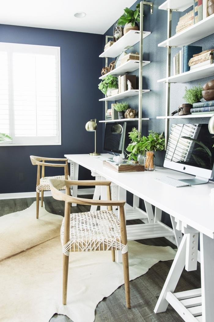 aménagement bureau maison 2 places, comment décorer un coin de travail moderne aux murs foncés avec meubles blancs