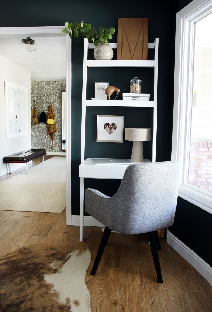 comment transformer un meuble de salon en coin home office facile, idée de petit bureau avec rangement mural blanc