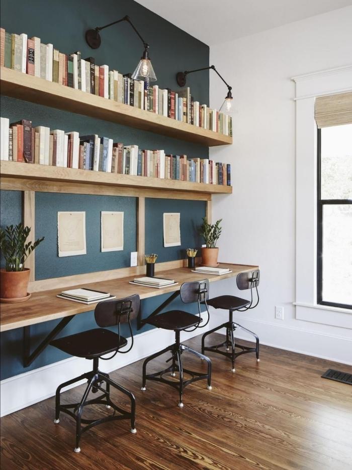 comment ménager un bureau dans son salon, idée décoration pièce blanche avec mur en vert foncé et meubles bois