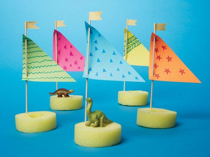 petits voiliers fabirqués dans éponge, papier et cure-dent avec figurines de dinosaures, activité créative pour l été