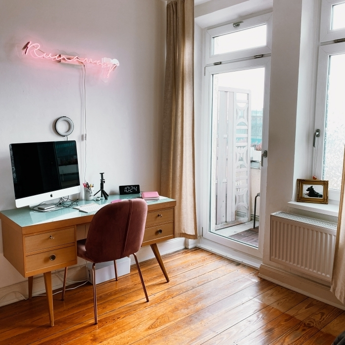 modèle de bureau en bois dans une chambre blanche, exemple comment faire un coin de travail dans sa pièce intime
