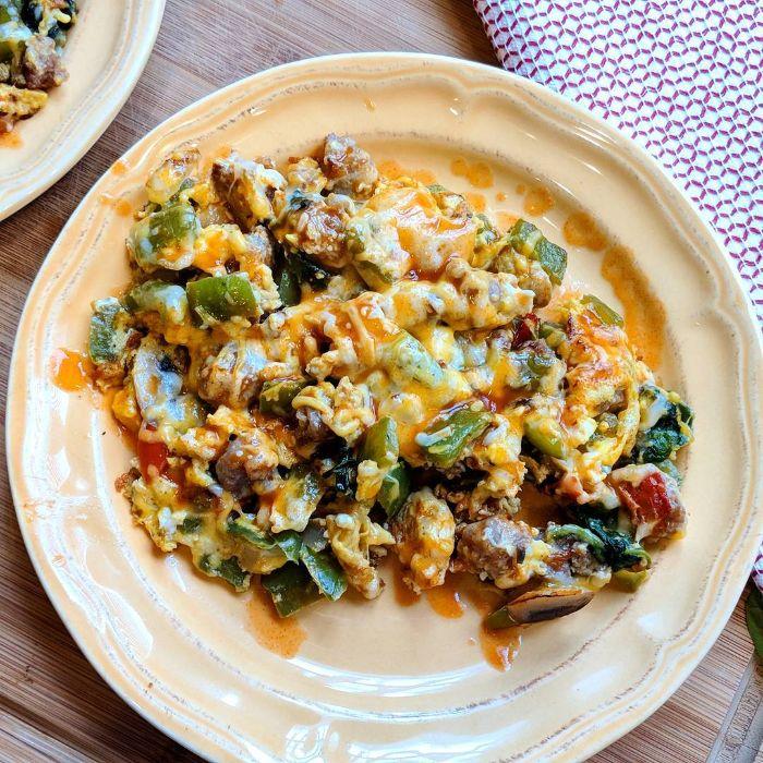 exemple de petit dejeuner minceur, oeufs brouillés aux champignons, légumes et fromages pour un régime keto