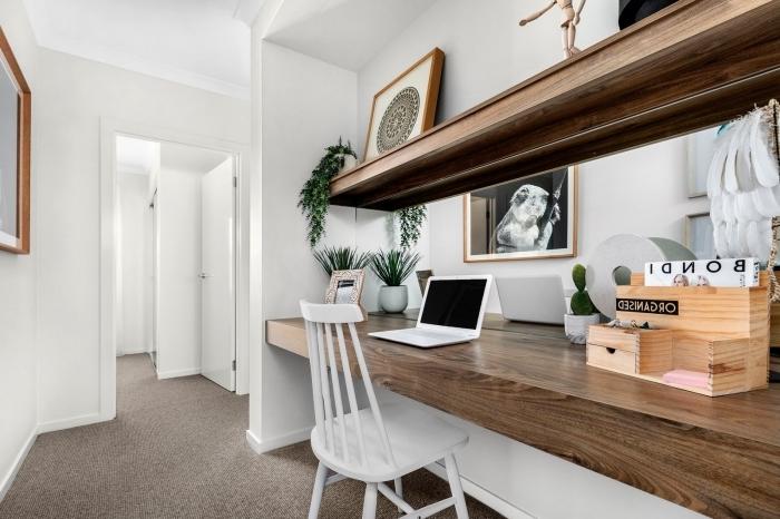 aménagement bureau à maison avec meubles en bois, décoration espace de travail avec plan de travail bois et rangement mural