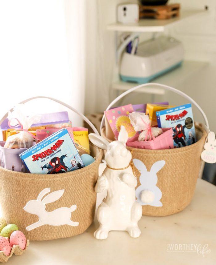 Seau en tissu avec application lapin blanc pleine de jeux et chocolat cadeau de pâques enfant, idée cadeau fait main, cadeau diy