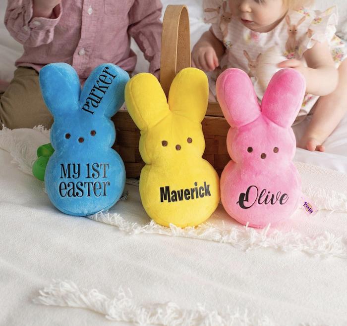 Lapin en peleuche pour la premiere paques de bebe idee cadeau paques, originale idée cadeau maison pour la fête de pâques