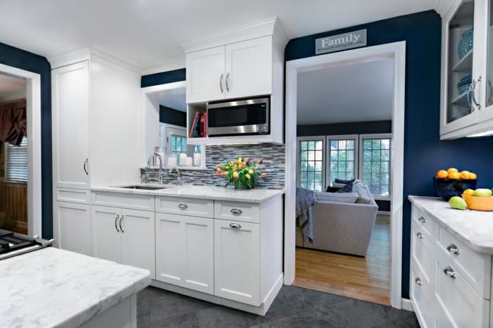 Blanc et bleu sombre pour la cuisine moderne dans une maison a la campagne, couleur bleu marine, cuisine mur bleu nuit nuances foncées