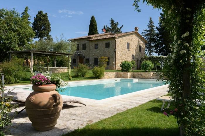 Comment décorer son jardin avec piscine, grande vase greque avec fleurs, pelouse verte, jolie maison provanciale en pierre