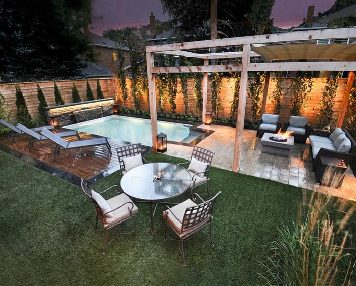 Chaises longues autour la piscine, amenagement terrasse jardin, quels meubles de jardin choisir canapé et table