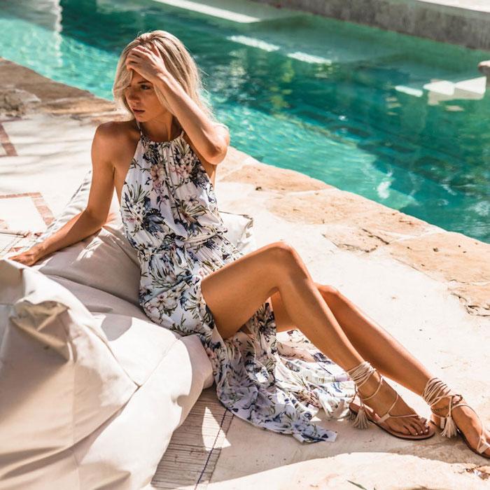 Femme autour de la piscine, theme coachella bohème chic tendance, robe longue boheme chic