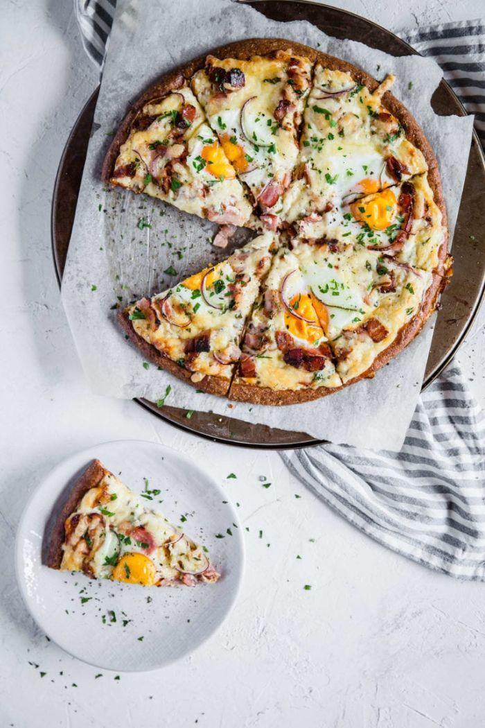 petit dejeuner cetogene de pizza maison aux fromages, bacon et oeufs avec pâte à pizza sans gluten aux fromages