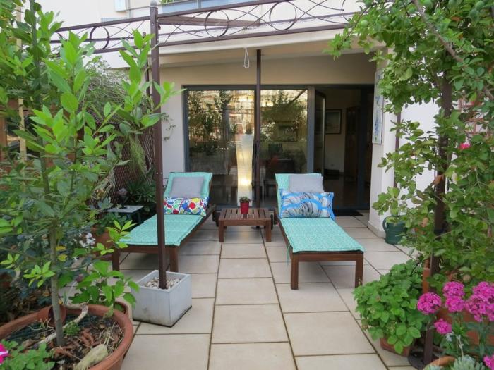 Chaises longues bleus deco terrasse, aménagement terrasse de jardin option extérieur plantes vertes