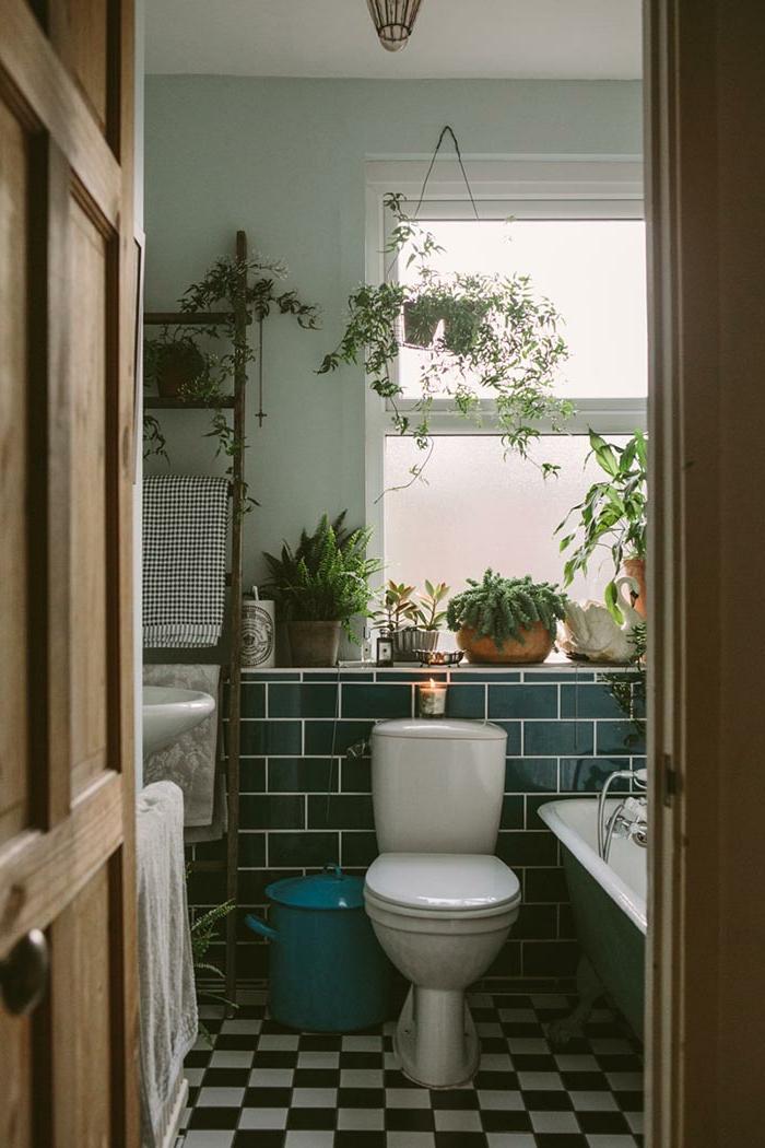 Plantes vertes dans une salle de bain avec peinture vert de gris et carrelage vert, amenagement salle de bain renouvellement
