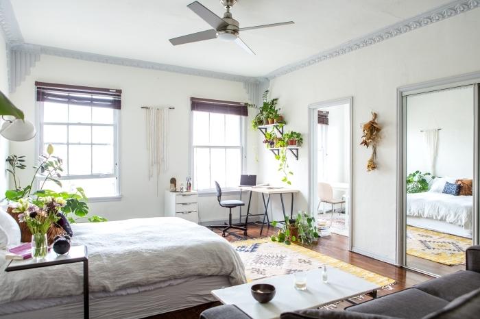 comment intégrer un bureau d angle dans sa chambre, décoration pièce blanche d'esprit bohème avec coin home office