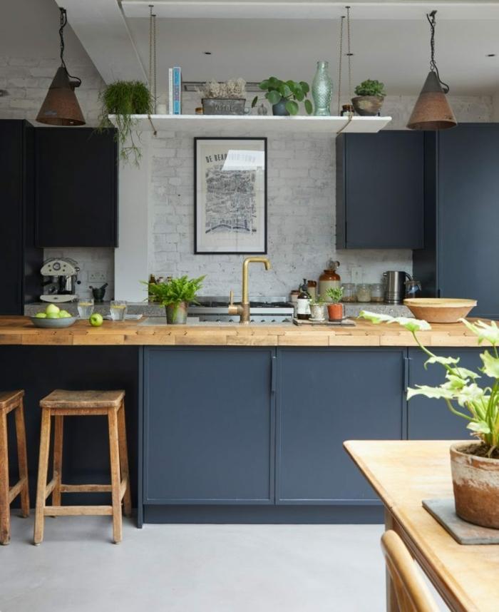 Maison champetre idee cuisine, décoration cuisine mur bleu foncé nuances de bleu blanc et bois cuisine