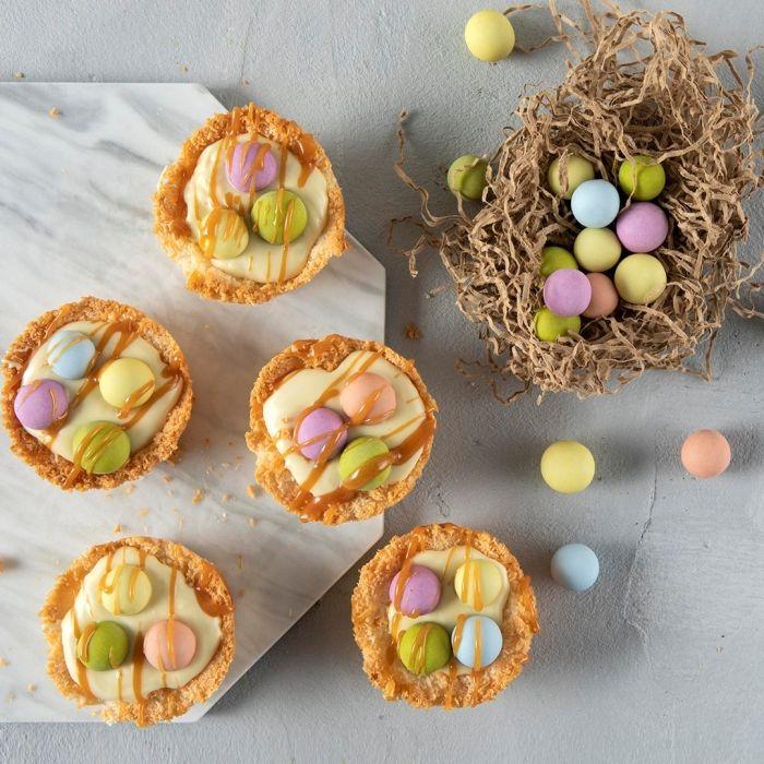 recette de mini gâteau de pâques à la vanille et au citron avec décoration glaçage caramel et petits bonbons au chocolat