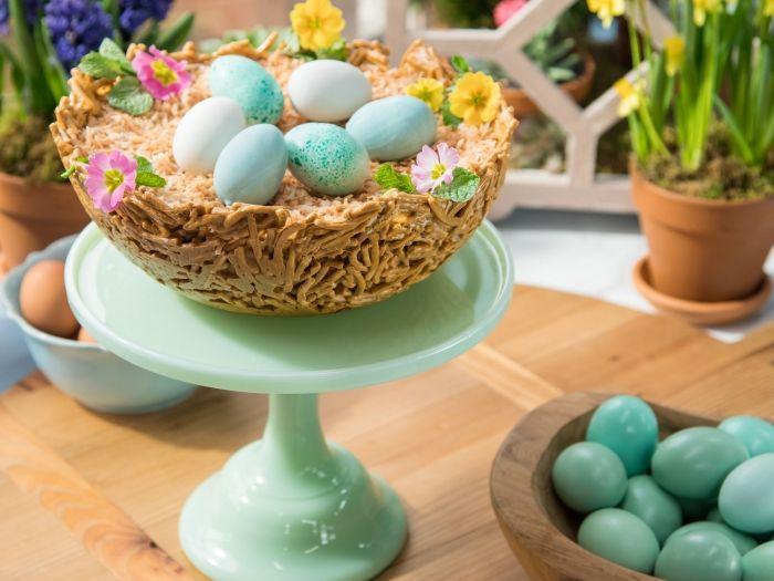 idée comment faire un gateau de paques 2020 originale sous forme de nid décoré de nouilles frites et fleurs fraîches