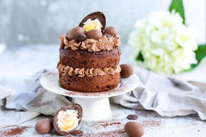 exemple de gateau de paques au chocolat facile à réaliser soi-même, idée layer cake au chocolat facile avec décoration œufs en chocolat