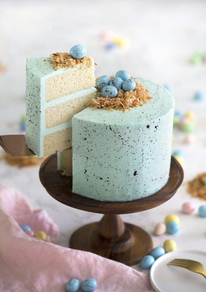 gateau de paques original à faire soi-même, layer cake avec génoise à la vanille et crème légère de nuance menthe à imitation nid