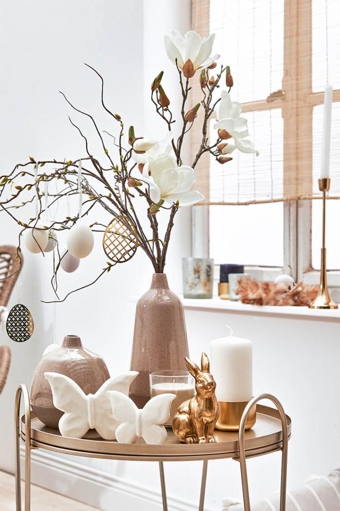 idée activité de paques facile, décoration de salon blanc avec accents métal et un arbre de pâques avec oeufs