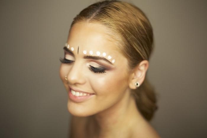 apprendre a se maquiller pour un festival, idée de make-up original pour une fête avec pointillés en eye-liner blanc