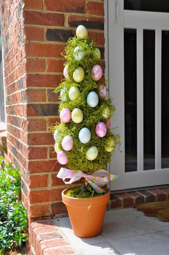 activité manuelle paques pour l'extérieur, modèle arbre en forme de sapin décoré avec oeufs de Pâques et ruban