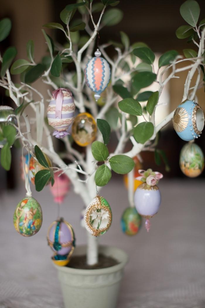 petit arbre aux feuilles vertes décoré d'oeufs de Pâques, idée de decoration paques facile et rapide pour l'intérieur