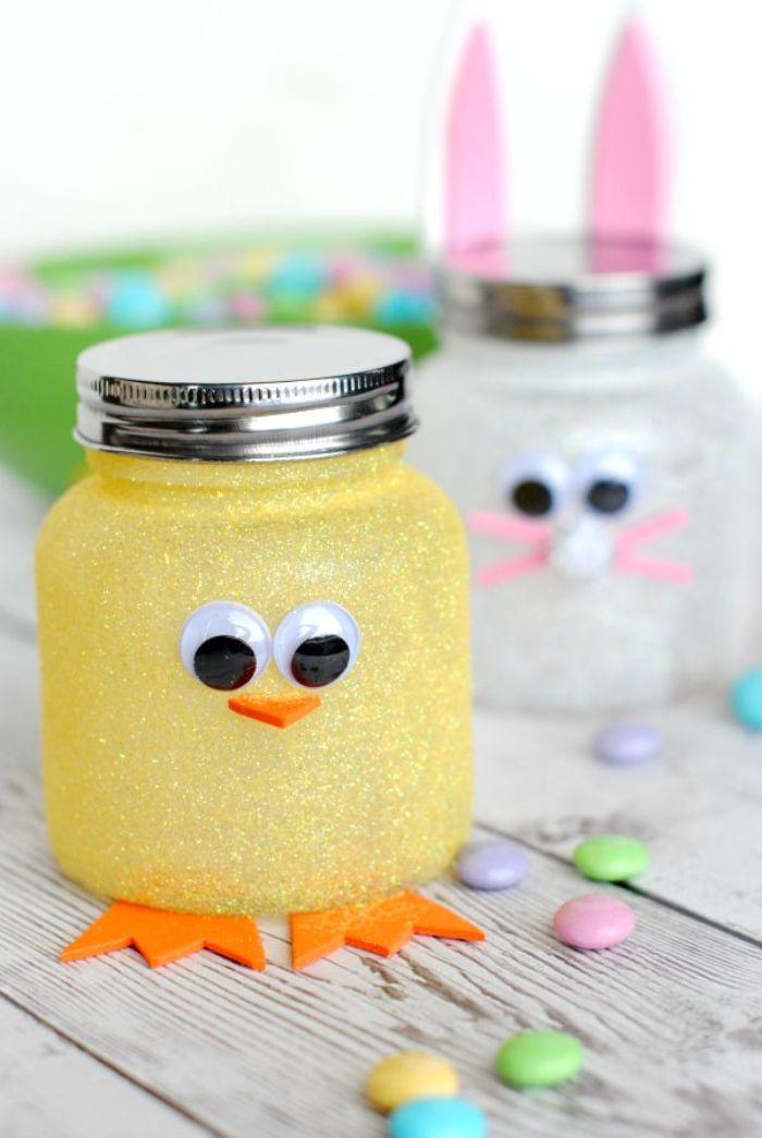 pots à bonbons pailletés à motif lapin de paques et poussin de paques, activité manuelle de paques en maternelle