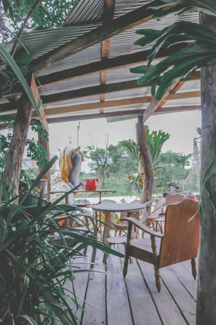 Endroit chaises et table en bois, coin de repos a la terrasse, installer une pergola