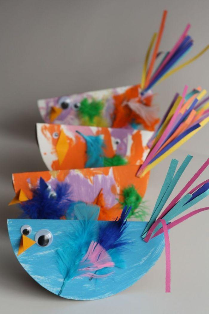 poussins de papier aux ailes de plumes et de ficelles de papier avec des yeux mobiles, activité créative de paques