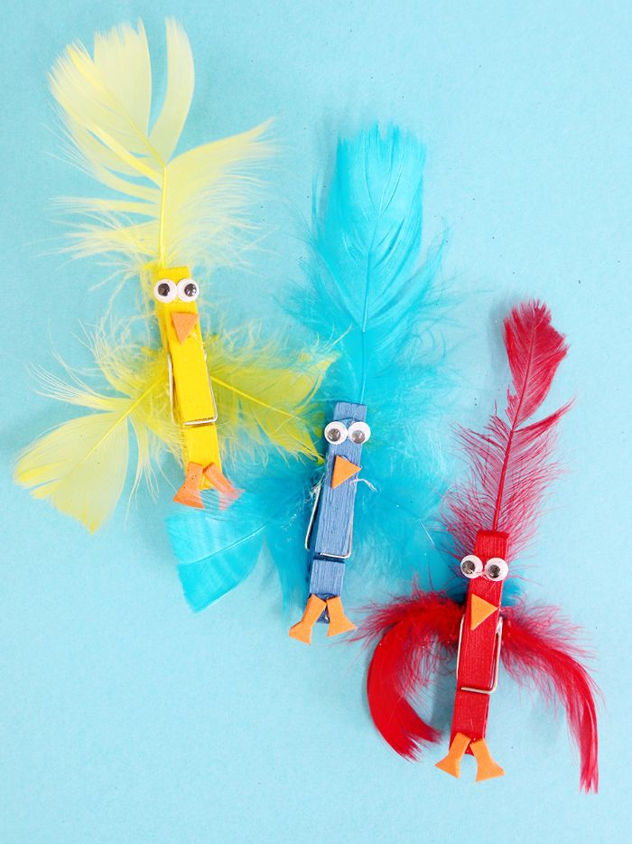 pinces à linge pour fabriquer un poussin décoré de plumes colorés avec des yeux mobiles, bricolage paques maternelle