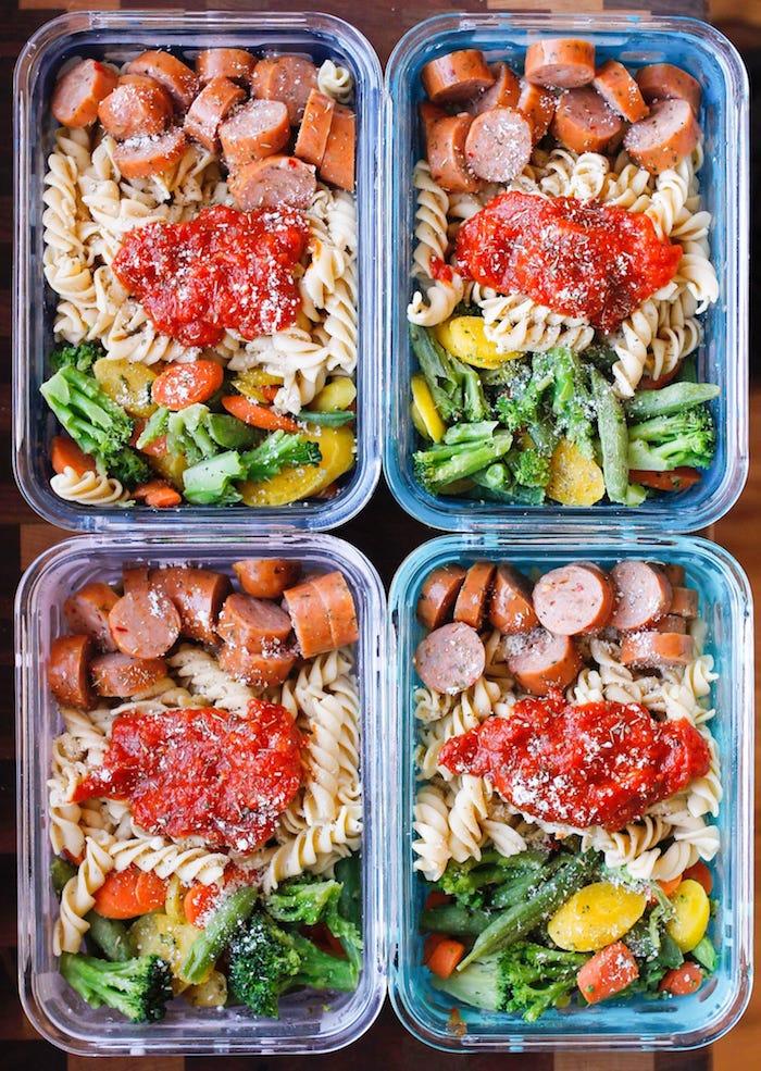 idée repas rapide à la saucisse, pasta, brocoli, sauce tomate, idée menu semaine équilibré avec parmesan