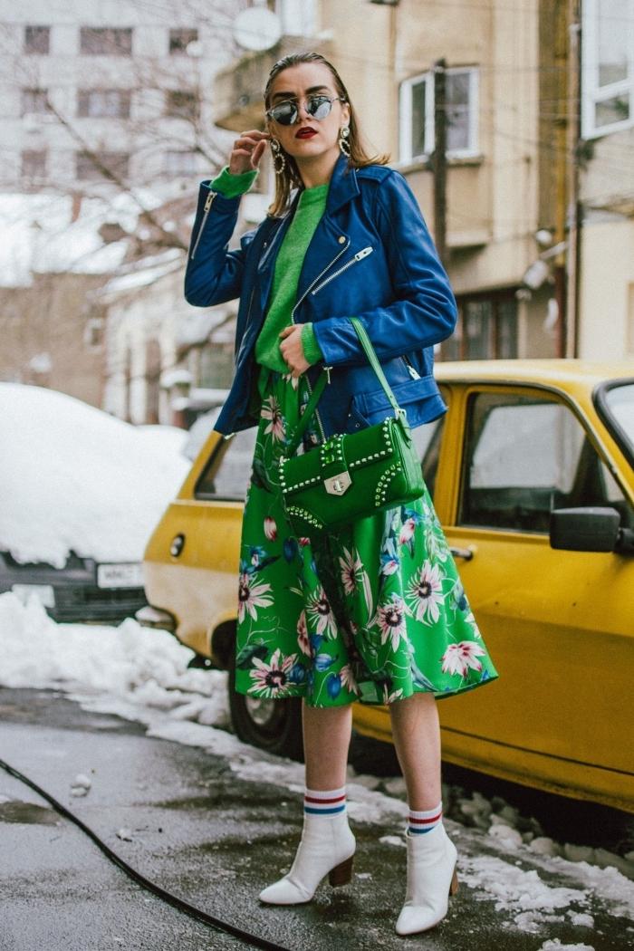 look femme chic en jupe mi longue verte avec pull vert et veste simili cuir de nuance bleu, accessoires tendance pour femme