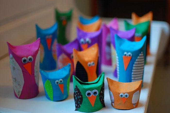 bricolage rouleaux de papier toilette colorés avec des ailes de papier et de syeux mobiles, activité manuelle primaire facile et rapide