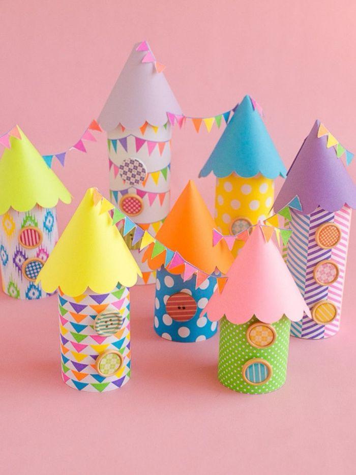 petites maisons fabriqués dans rouleau de papier toilette et papier coloré avec des toitures en cones de papier, activité manuelle matenrelle originale