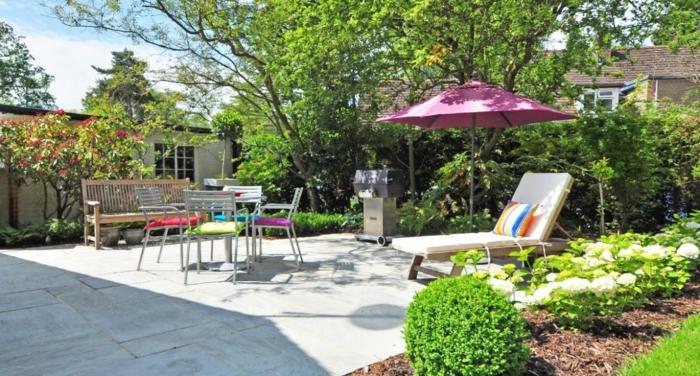 Chaises coussins colorés, terrasse exterieur, aménagement terrasse de jardin plantes vertes