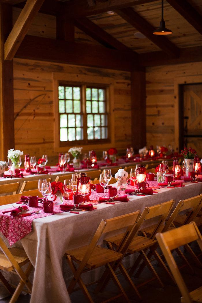 Longues tables dans un grand chalet reception mariage champêtre chic, décoration élégant au style rustique