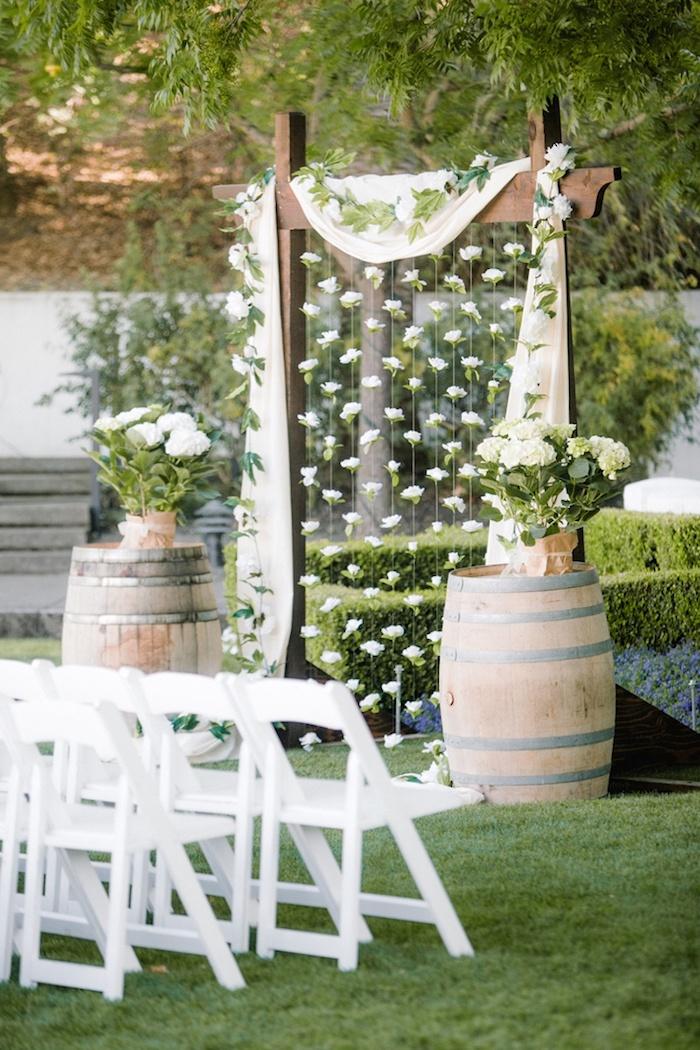 Fleurs en guirlande déco mariage champetre en blanc, idee quelle décoration pour le mariage rustique, idée déco mariage